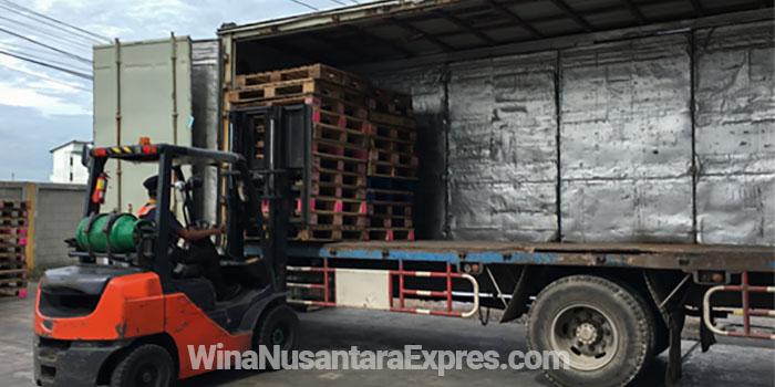 pengiriman barang melalui ekspedisi truk atau trucking